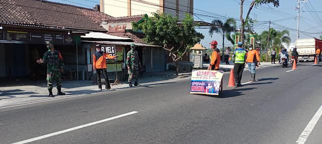 Muspika Kecamatan Tulung Dan Relawan Gelar Razia Penegakan Disiplin Protokol Kesehatan