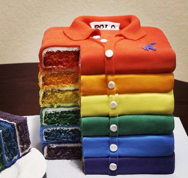 Торт на 23 февраля. Торт на 23 февраля своими руками Приготовьте квадратные или прямоугольные коржи для торта по своему фирменному домашнему рецепту. Затем промажьте их вкусным кремом и приступайте к декорированию. Для украшения торта Вам понадобиться сахарная мастика двух цветов – белый и голубой. При желании вы можете использовать пищевые красители разных цветов, тогда и рубашки могут быть цветными и даже с узорами.  Торт на 23 февраля. Торт на 23 февраля своими руками Раскатайте сахарную мастику белого цвета до состояния тонкого слоя и покройте ею ваш домашний торт. Из белой мастики вырежьте карманчики и любые другие нашивки. Из мастики контрастного цвета вырежьте галстук.