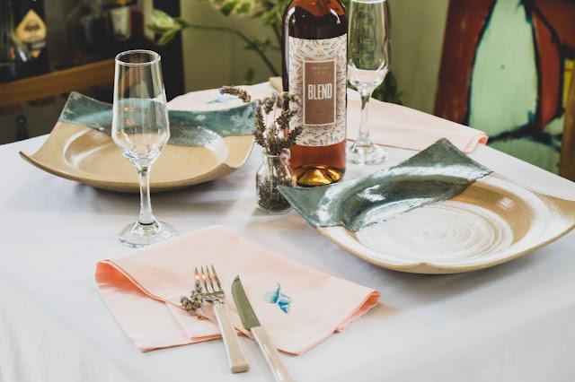 Mesa posta decorada com pratos de cerâmica