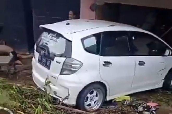 Mobil Tabrak Rumah di Bone, 2 Orang Kritis