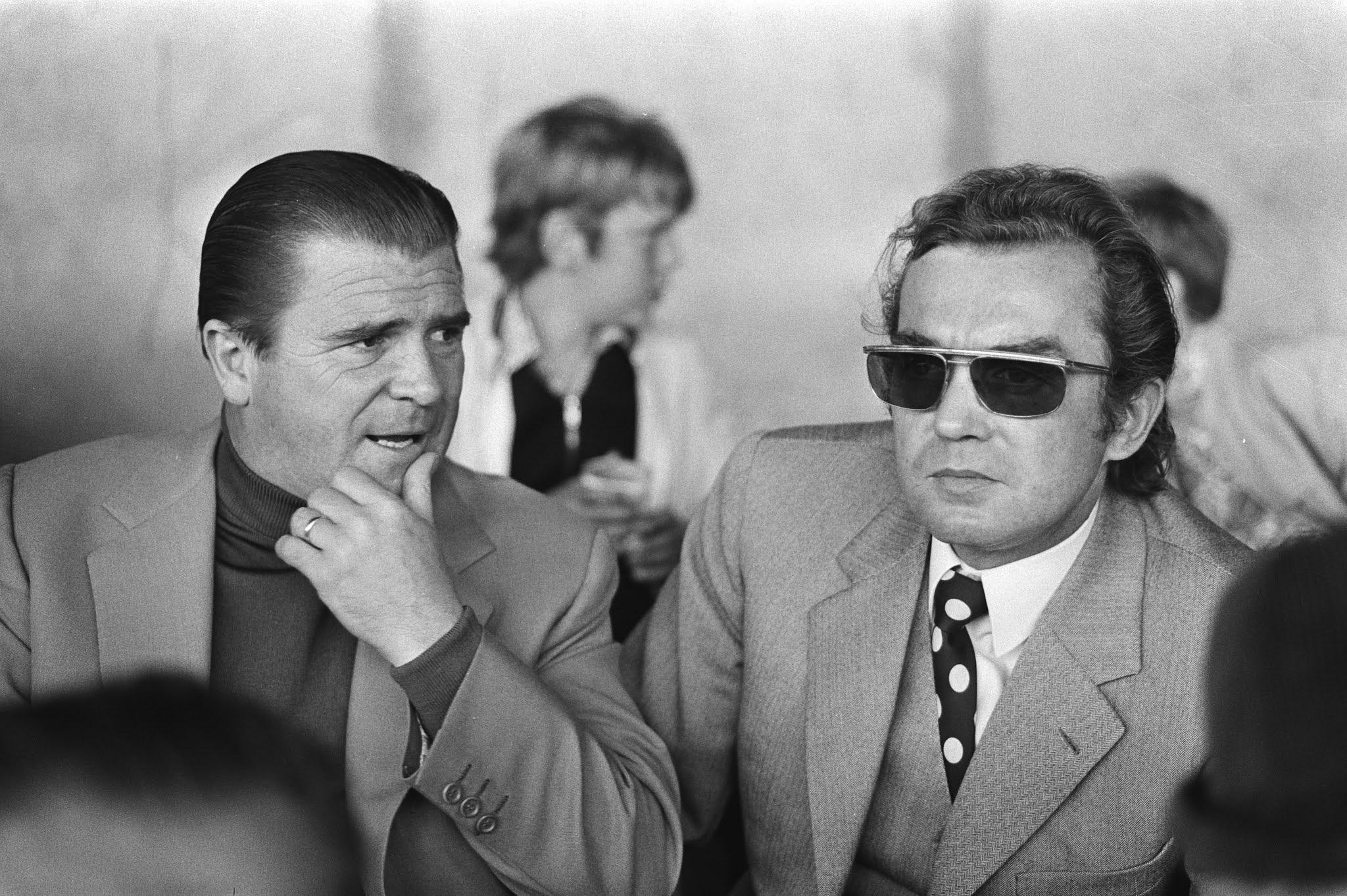 Ernst Happel en Ferenc Puskás zitten op de tribune bij FC Utrecht - Ajax.