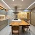 Cozinha marmorizada com ilha de cocção e refeição na cor fendi!