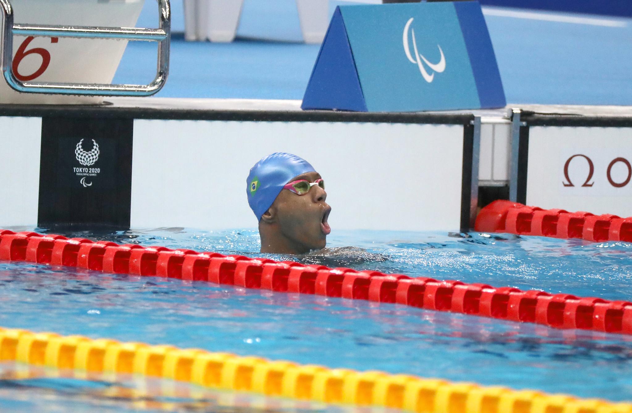 Gabriel Araujo na piscina de boca aberta