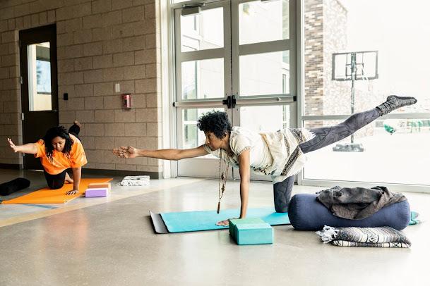 Beverly Grant enseña en una cooperativa de yoga en Denver llamada Satya, que tiene como objetivo ser un espacio de curación por y para personas de color.Crédito...Rebecca Stumpf para KHN