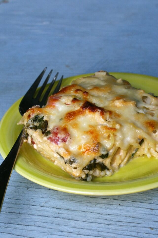 This Chicken and Spinach Pasta Bake is a creamy and cheesy pasta casserole made with chicken, fresh spinach, and tomatoes.  #chicken #dinner #casserole