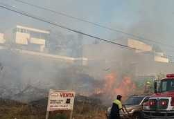 Incendio en pastizal de Fraccionamiento Costa de Oro