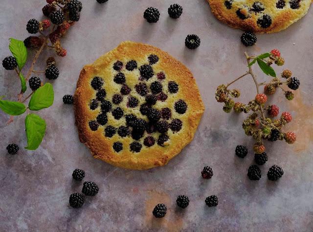 tarte rustique , pâte sucrée ,crème d'amandes , dessert aux mûres