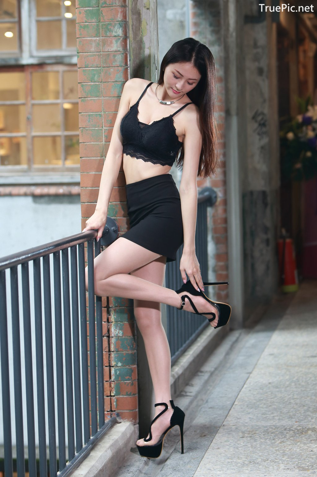 Image-Taiwanese-Beautiful-Long-Legs-Girl-雪岑Lola-Black-Sexy-Short-Pants-and-Crop-Top-Outfit-TruePic.net- Picture-22