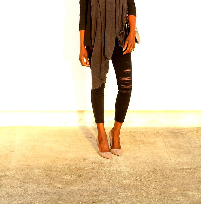Tailleur noir jeans dechire escarpins nude