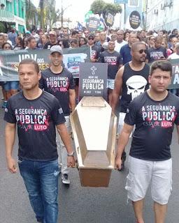 Bahia: a ASPRA e o deputado estadual soldado Prisco realizam o enterro da Segurança Pública durante o 2 de julho