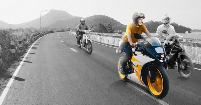 menunggang motosikal dengan senyuman