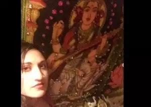 शर्मनाक अमेरिकी पब ने टॉयलेट में लगाई हिंदू देवी देवताओं की तस्वीर बाद में मांगी माफी.