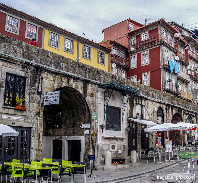 Oratório das Alminhas da Ponte, no Cais da Ribeira, Porto, Portugal