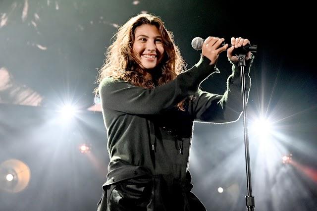 """Toni Cornell, filha de Chris Cornell, faz versão de """"Hunger Strike"""""""