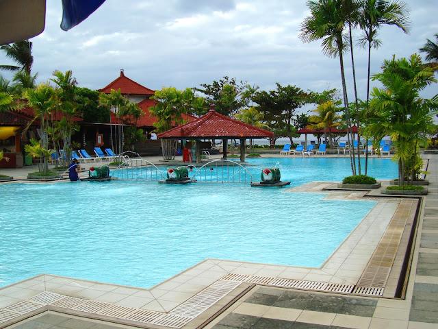 Изображение бассейна при одном из отелей