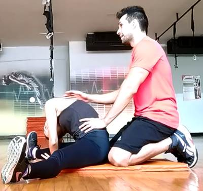 Ejercicio en parejas para estirar los músculos de la zona posterior de las piernas