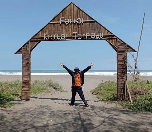 wajib selfie di gerbang pantai kembar terpadu kebumen