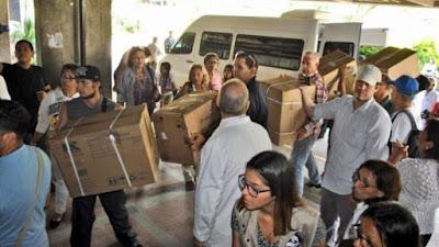 Momento en el que decenas de cajas de medicamentos donados por Lilian Tintori, esposa del opositor Leopoldo López, son entregadas al Hospital Magallanes de Catia, 30 de noviembre de 2016.