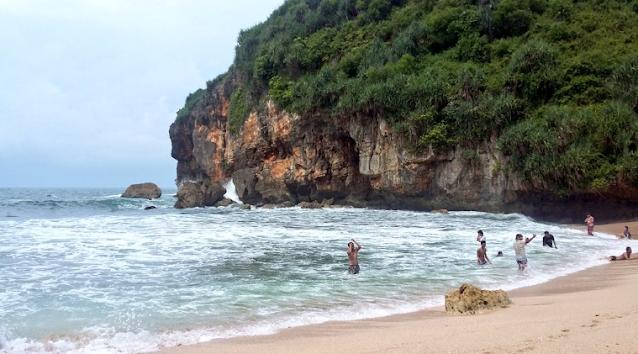wisata-keluarga-pantai-kayu-arum