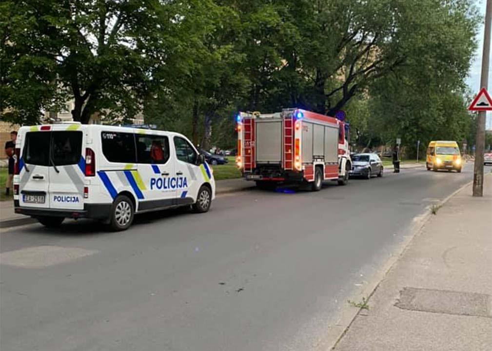Operatīvo dienestu transportlīdzekļi stāv gar ielas malu