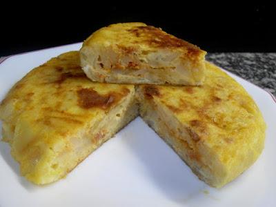 Tortilla de patatas, queso y sobrasada.