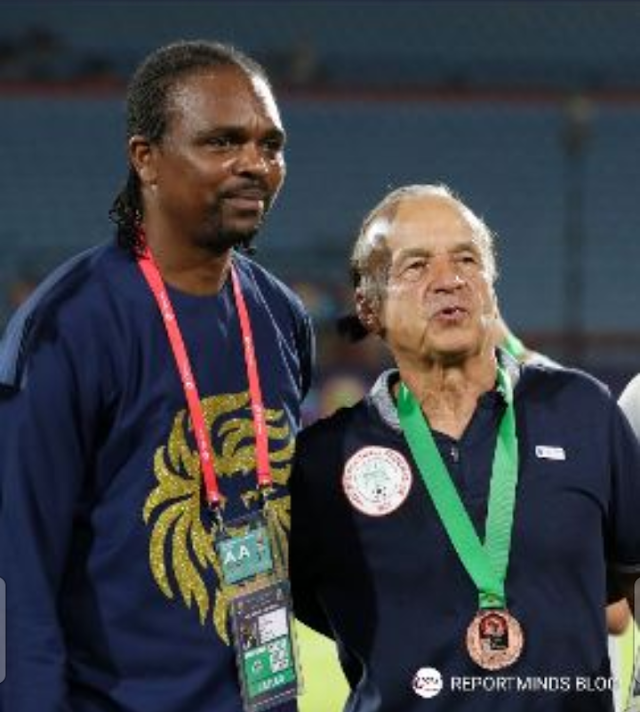 Rohr Pose For Picture With His Medal Along With Kanu