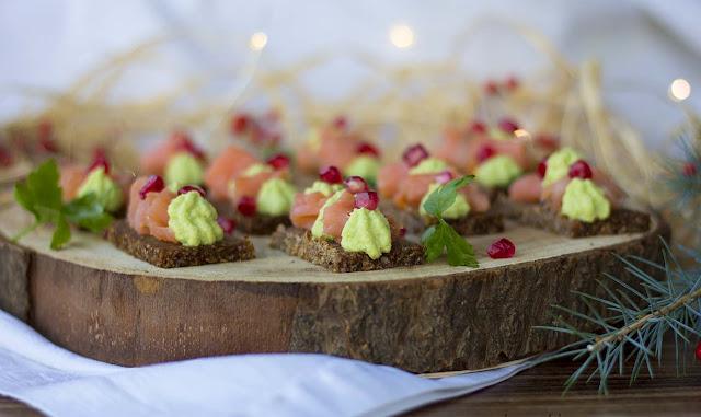 Tartine di segale con salmone e mousse di avocado