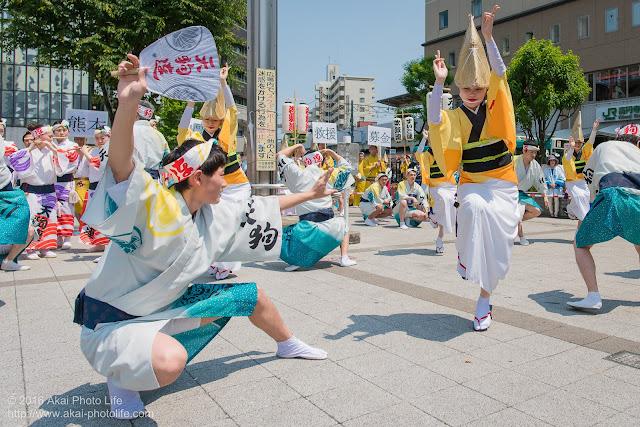 天狗連、熊本地震被災地救援募金チャリティ阿波踊り、男女ペアで踊るスロー踊りの写真