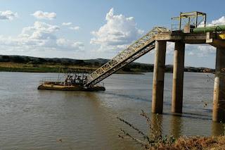 embasa faz manutencao na rede de agua que abastece a regiao de irece no centro norte da bahia