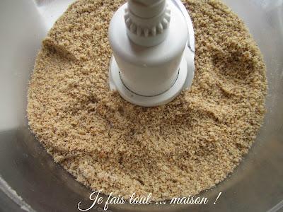 Mixez le sucre glace et les noisettes