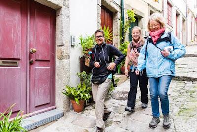 e mulheres caminhando nas ruelas do Porto