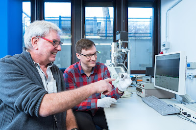 """Planetologists Prof. Addi Bischoff (left) and Markus Patzek with the meteorite """"Flensburg"""" in front of the scanning electron microscope. © WWU - Michael C. Möller"""