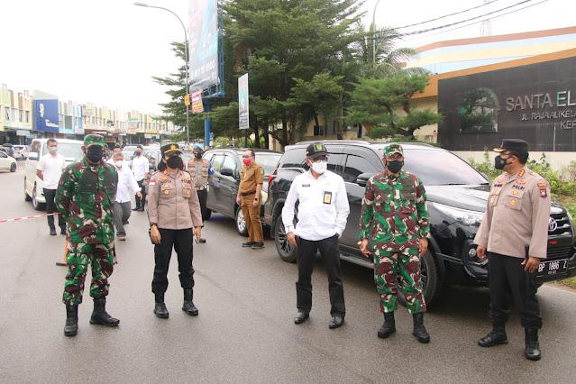 Kapolresta Barelang bersama Walikota dan Wakil Walikota Batam Meninjau Penyekatan PPKM Hari Kedua