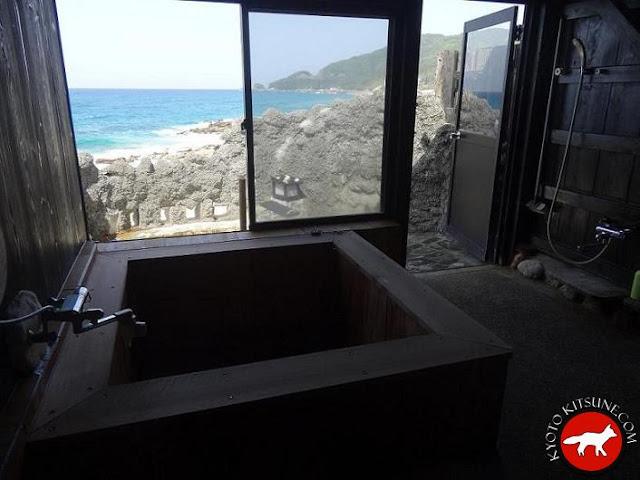 onsen privé avec vu sur la mer au Japon