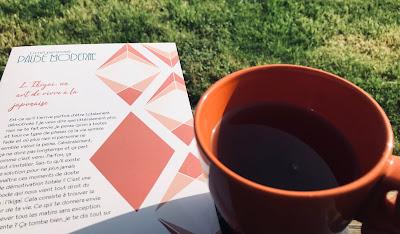 livret sur le développement personnel et une tasse de thé