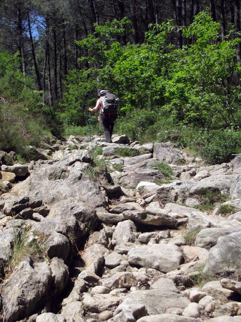 peregrinas de santiago em caminho de pedras