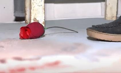 Rosas, uma aliança nas mãos, uma frase cruel escrita na testa, assim é encontrada morta uma mulher