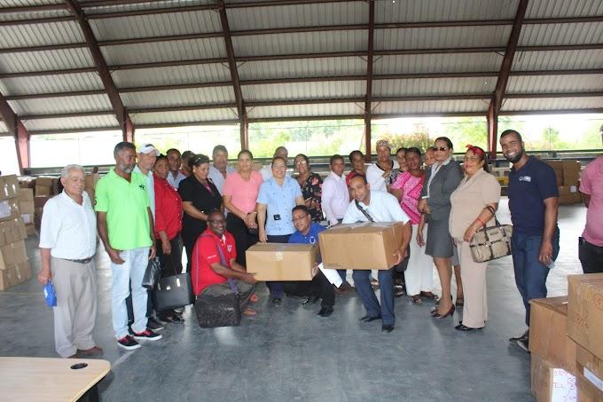 Entregan uniformes a escuelas y liceos del distrito educativo 01 04 de Cabral