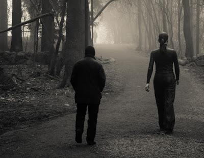 Hombre maduro, por un camino, en pos de una mujer joven