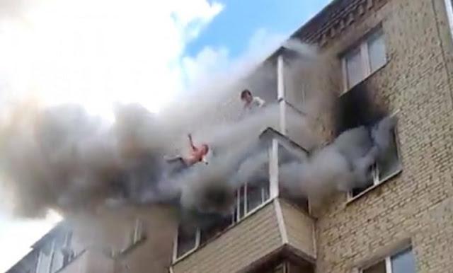 Когда Начался Пожар, Отец Без Колебания Выбросил Детей Из Окна 5го Этажа! Видео!