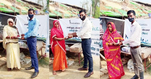 लदौत के ग्रामीणों के बीच मास्क और सैनेटाइजर का किया गया वितरण