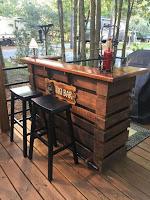 tiki bar con palets de madera