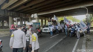 Puluhan Buruh Konvoi di Surabaya Tolak Omnibus Law Cipta Kerja