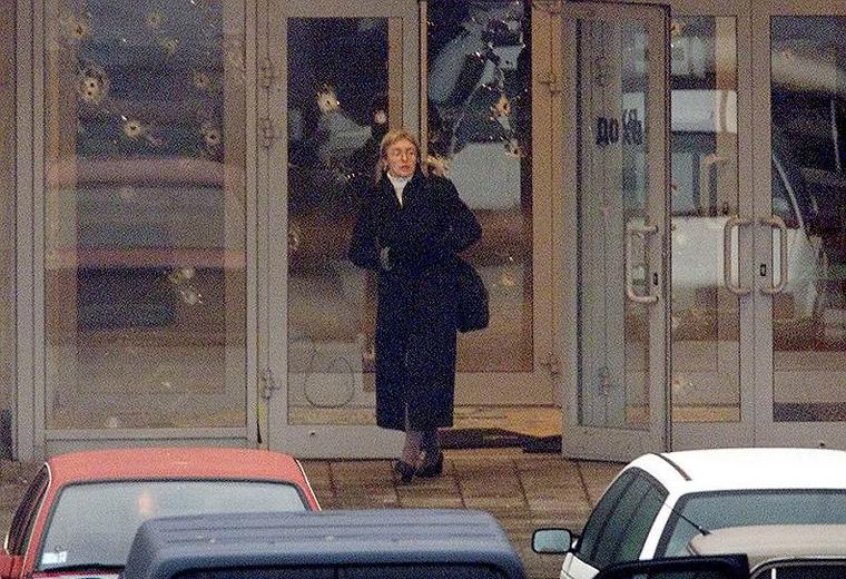 Анна Політковська покидає Дубровський театральний центр у Москві після переговорів з чеченськими терористами, 25 жовтня 2002 р.