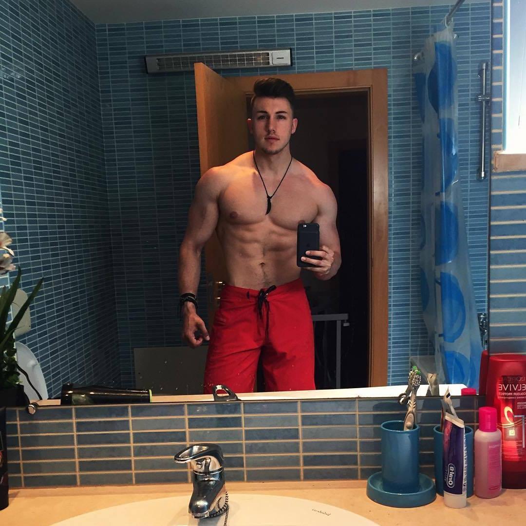young-shirtless-men-muscular-beefcake-brandon-harding-straight-hunk-selfie