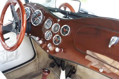 O painel de leitura de instrumentos e o aro do volante são de madeira, tal qual saíram da fábrica da Lafer.