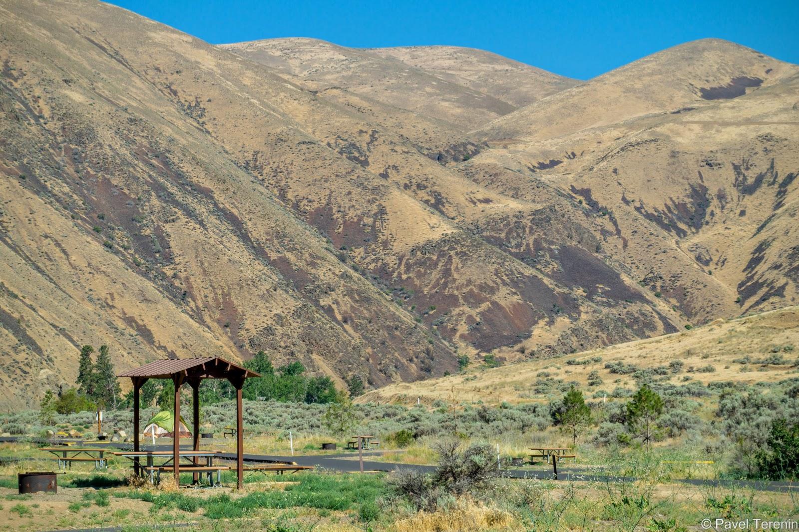 На берегу реки расположена одна из зон отдыха, где можно полюбоваться живописными холмами каньона.