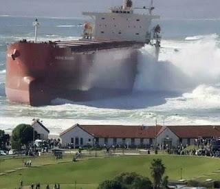 Đây không phải là hai bức tranh. Hãy tưởng tượng con tàu lớn như thế nào.