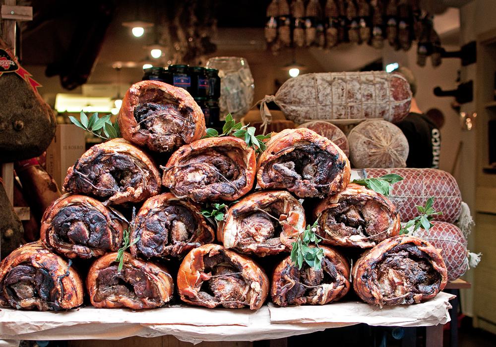 Ensemble de jambons rôtis du restaurant All'antico Vinaio de Florence
