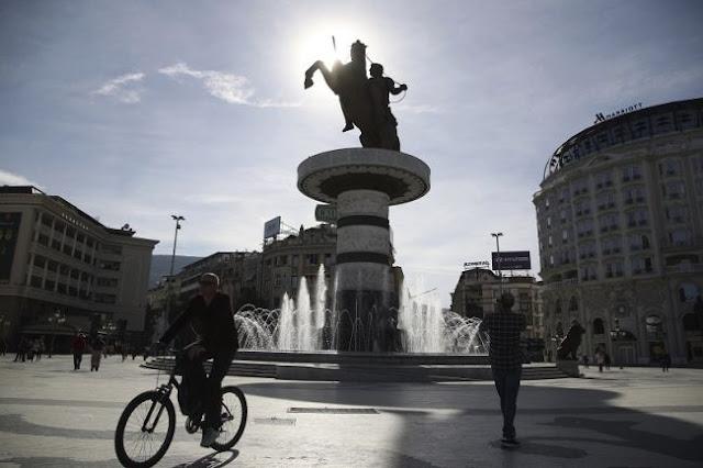 Τα Σκόπια συνεχίζουν να εμπαίζουν με τα αγάλματα